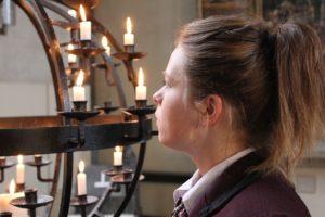 Junge Katholiken vor Kerzen